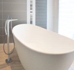 Freestanding tub with tile detail